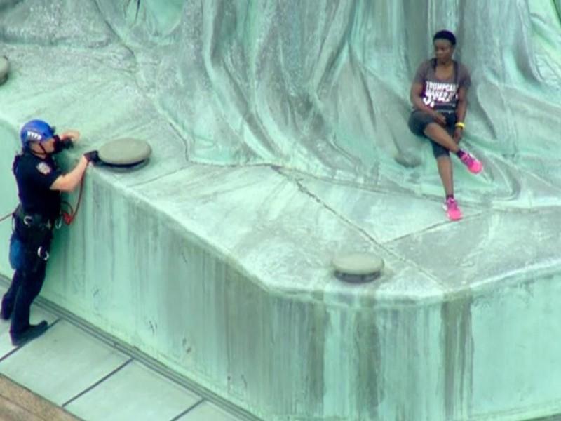 La arrestan por escalar Estatua de la Libertad