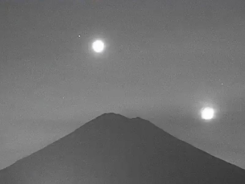 La luna, Venus y Marte caen sobre el Popocatépetl