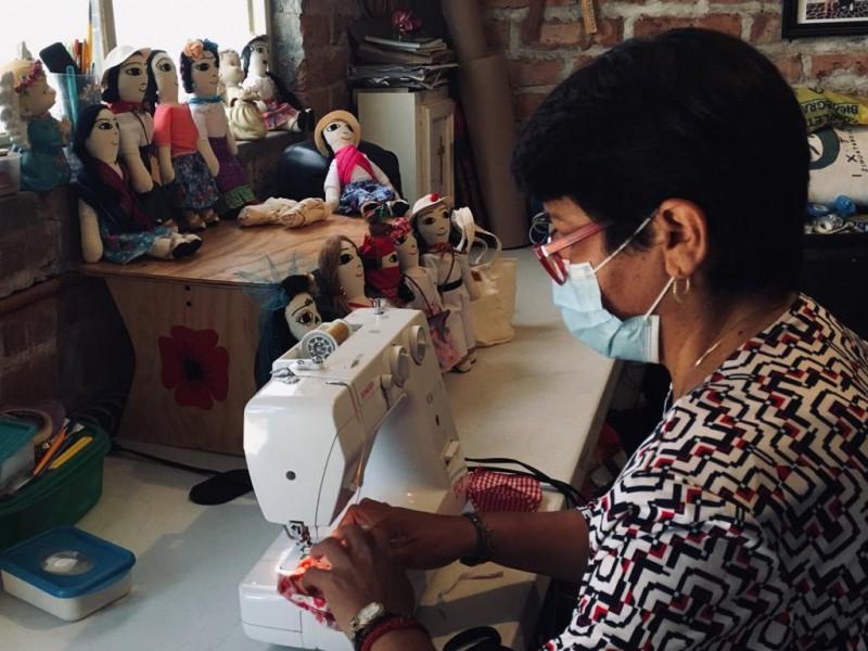 La señora Adria da vida a muñecos de tela personalizados