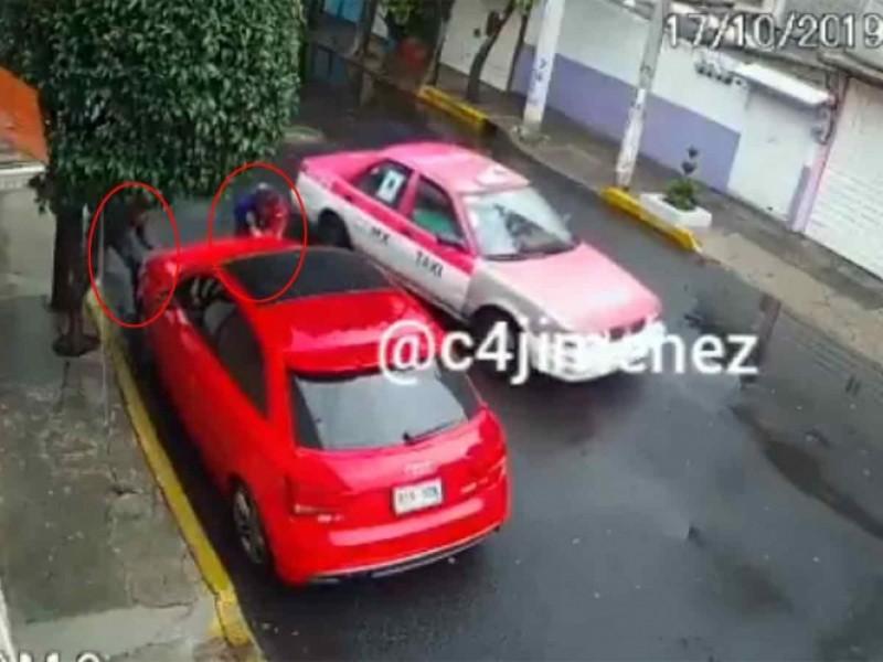 Ladrones usan taxi para desvalijar auto