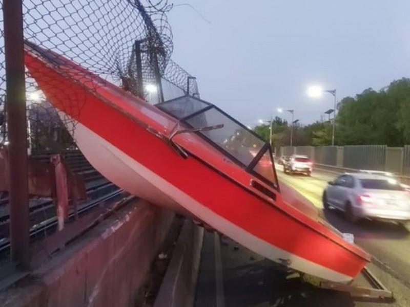 Lancha se incrusta en malla que protege vías del Metro
