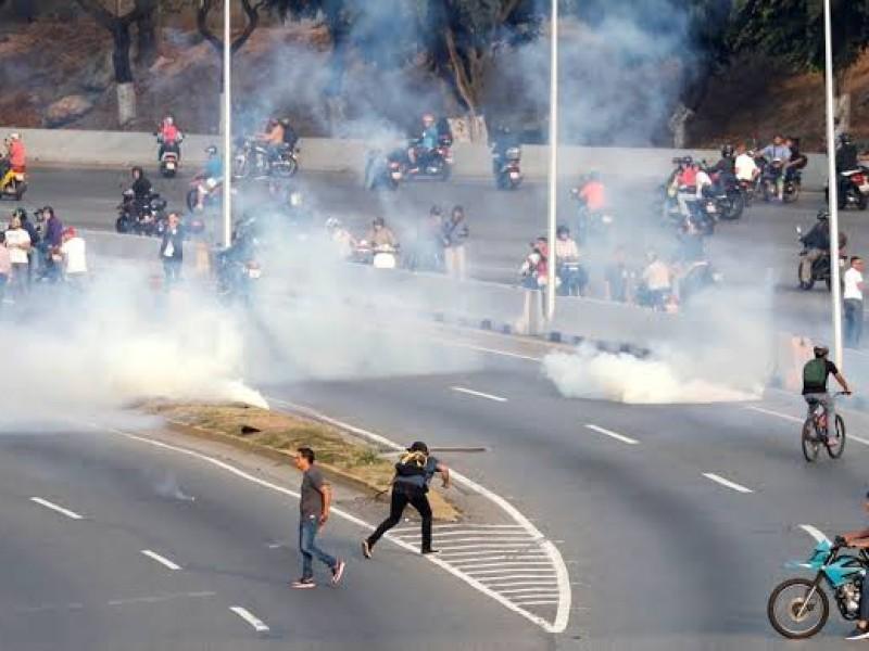 Lanzan bombas lacrimógenas contra manifestantes en Venezuela