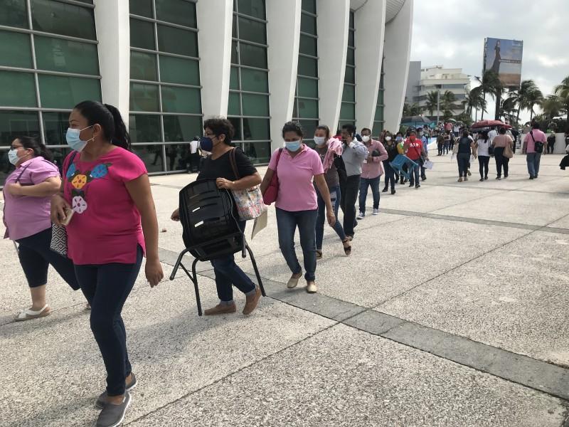 Larga fila, en segundo día de vacunación de maestros