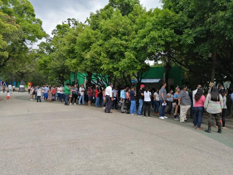 Larga fila para vacunarse contra COVID-19 en Tuxtla