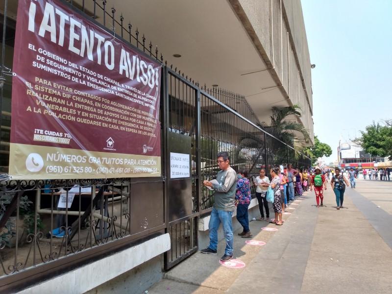 Largas filas de desempleados por COVID-19 esperan entrega de apoyos