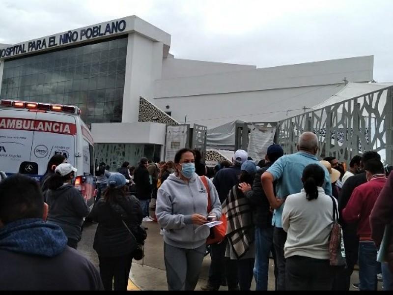 Largas filas de personas en Hospital del Niño Poblano