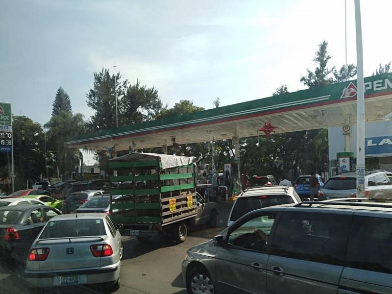 Largas filas de vehículos en gasolineras en servicio