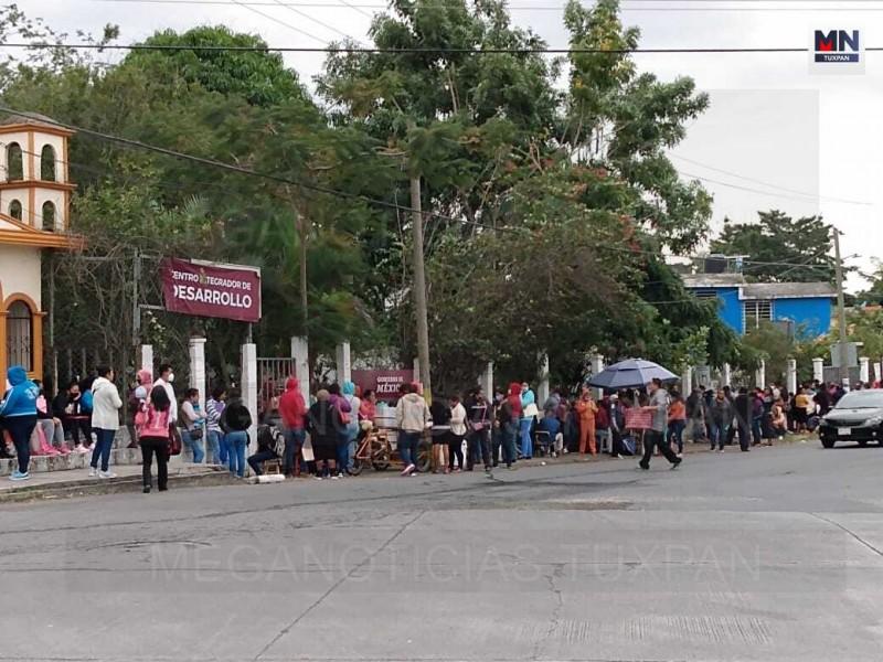 Largas filas en oficinas de Bienestar en Tuxpan