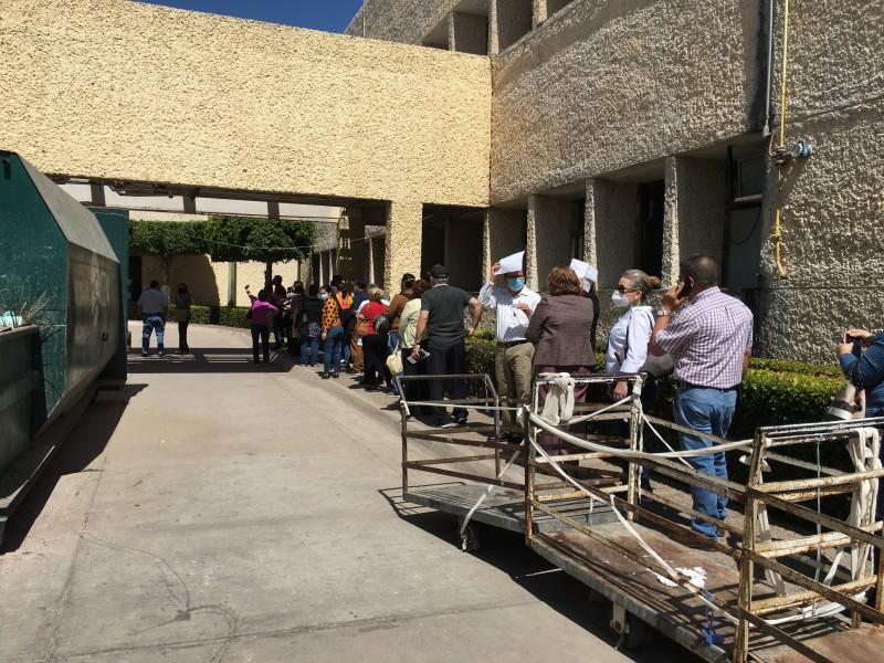 Largas filas en vacunación contra COVID-19 para el personal médico
