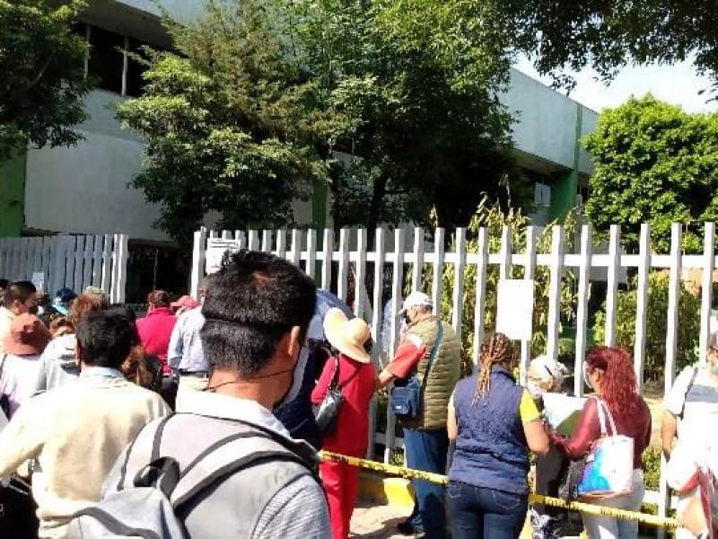 Largas filas para vacunación en clínica 55 de Amalucan