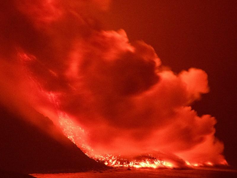 """Lava del volcán """"Cumbre Vieja"""" llega al mar"""