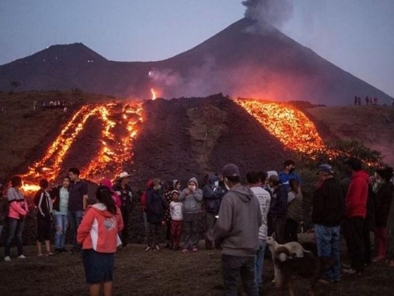 Lava del volcán Pacaya amenaza a localidad en Guatemala