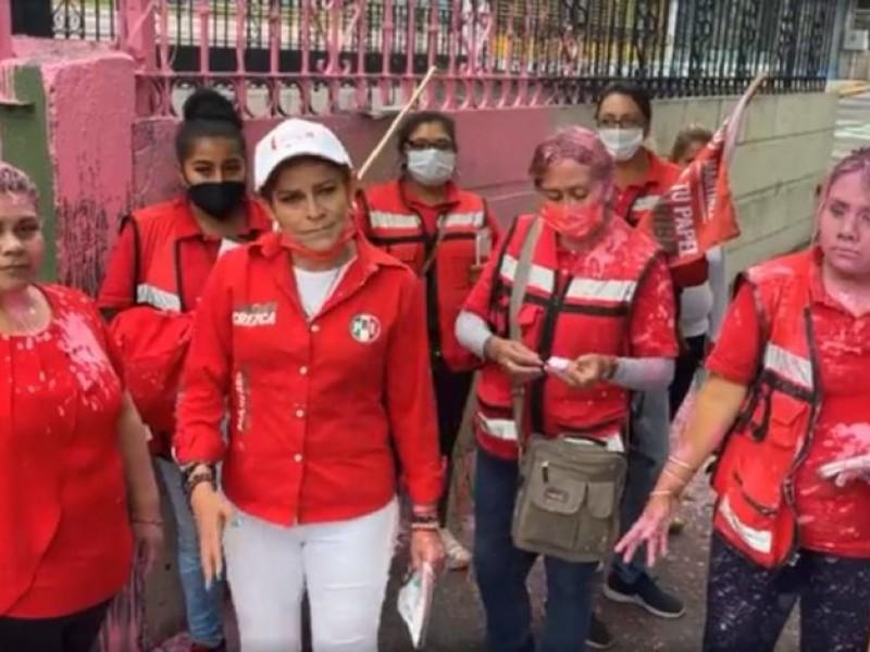 Le arrojan pintura a candidata del PRI en Naucalpan