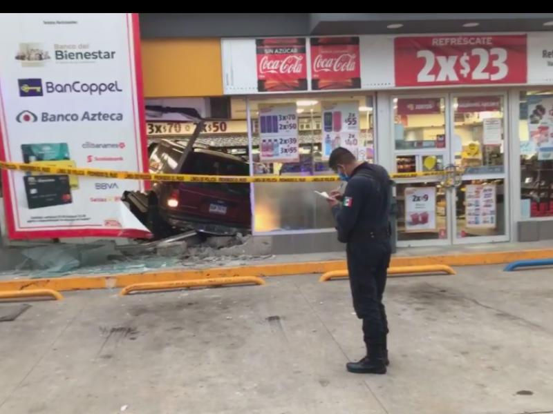 Le pidieron portar cubrebocas, estrelló su auto contra la tienda