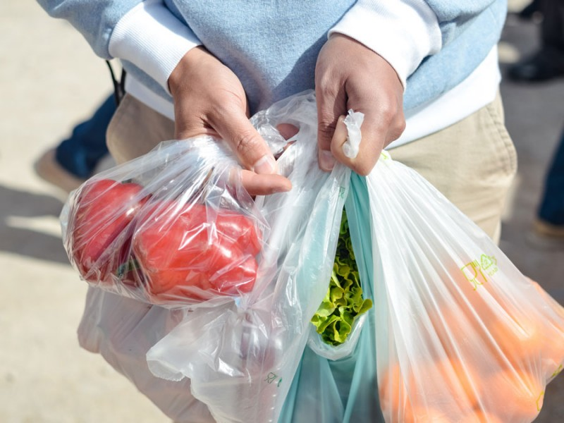 Ley prohíbe bolsas y popotes de plástico