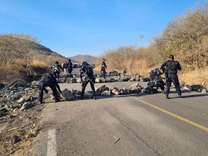 Liberan bloqueo en carretera Aguililla- Apatzingán