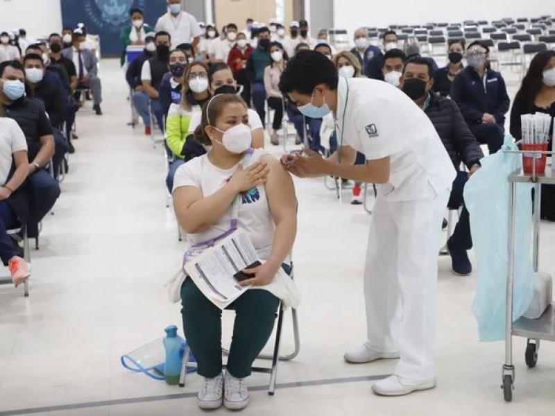 Liberan primer lote de vacuna AstraZeneca envasado en México