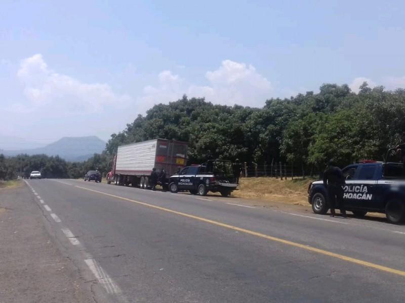 Liberan transito en carretera Uruapan - Lombardía