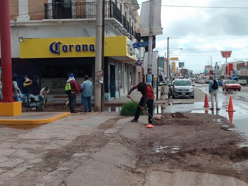 Limpian calles tras lluvias