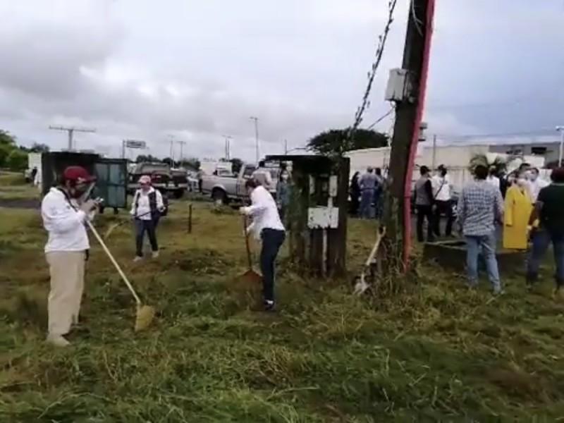 Limpian el distribuidor vial de la Cabeza Olmeca en Veracruz