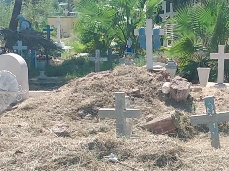 Limpian panteones previo a celebración de Día de Muertos
