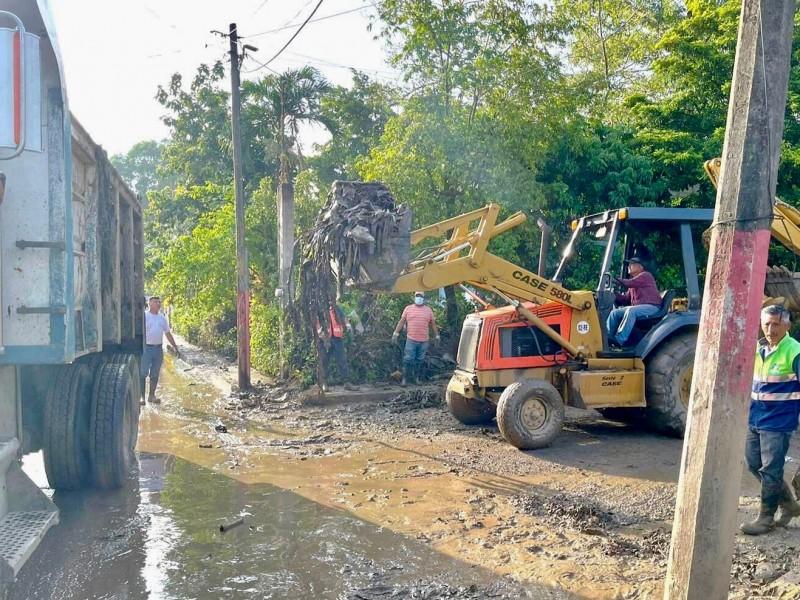 Limpian y desazolvan canales y zanjas para frenar inundaciones