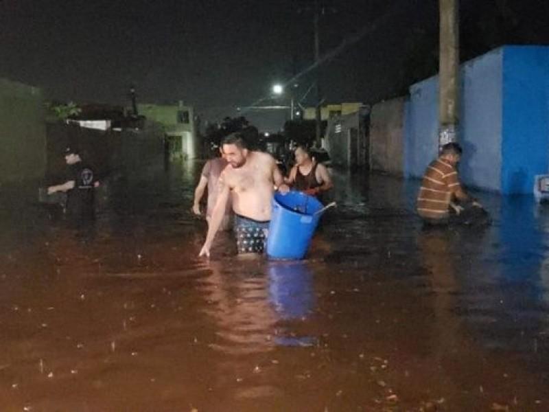 Llaman a no bañarse en la lluvia