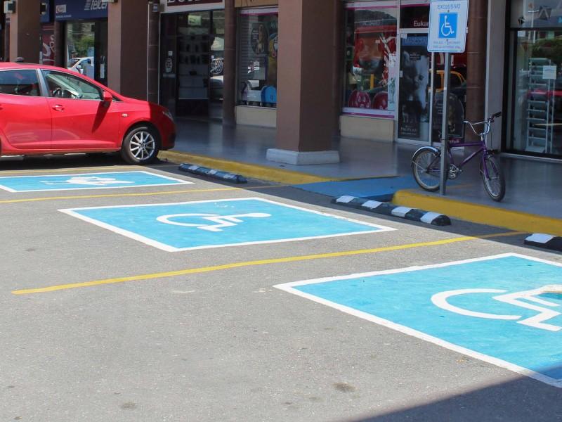 Llaman a respetar espacios para discapacitados