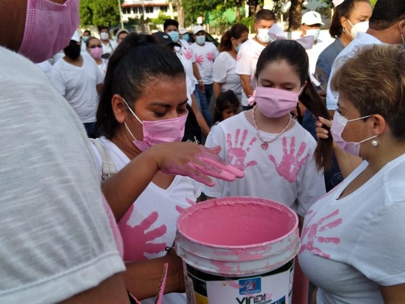 Llaman a tocarse, en mes conmemorativo al cáncer de mama