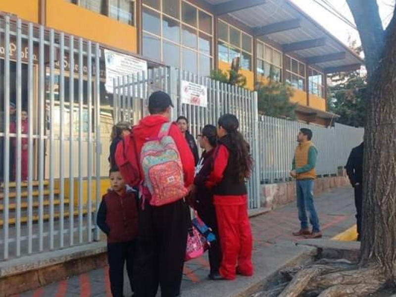 Llaman la atención a escuelas que cobraron cuotas