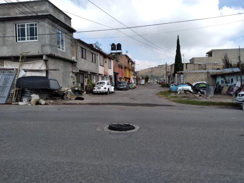 Llanta se convierte en tapa de drenaje en Toluca