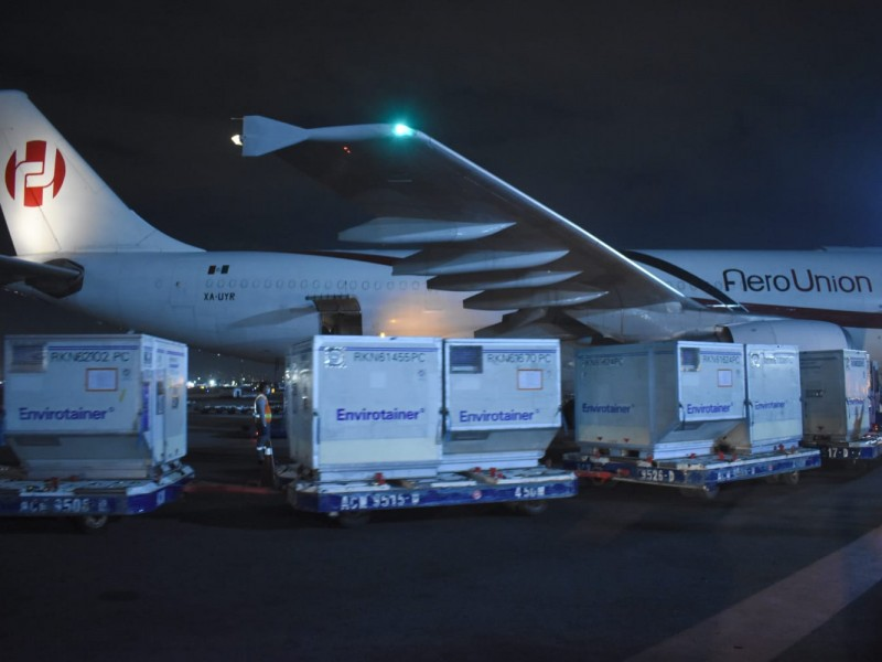 Llega nuevo embarque de AztraZeneca con 1,090,900 dosis