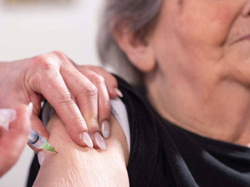 Llegan las primeras vacunas para adultos mayores en el mayo