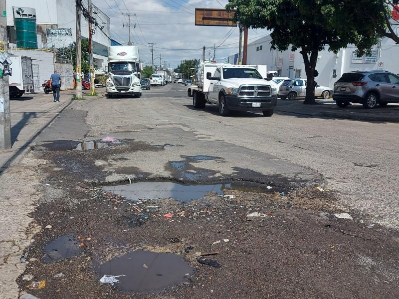 Llenas de baches cercanías a Carretera Chapala, sufren conductores