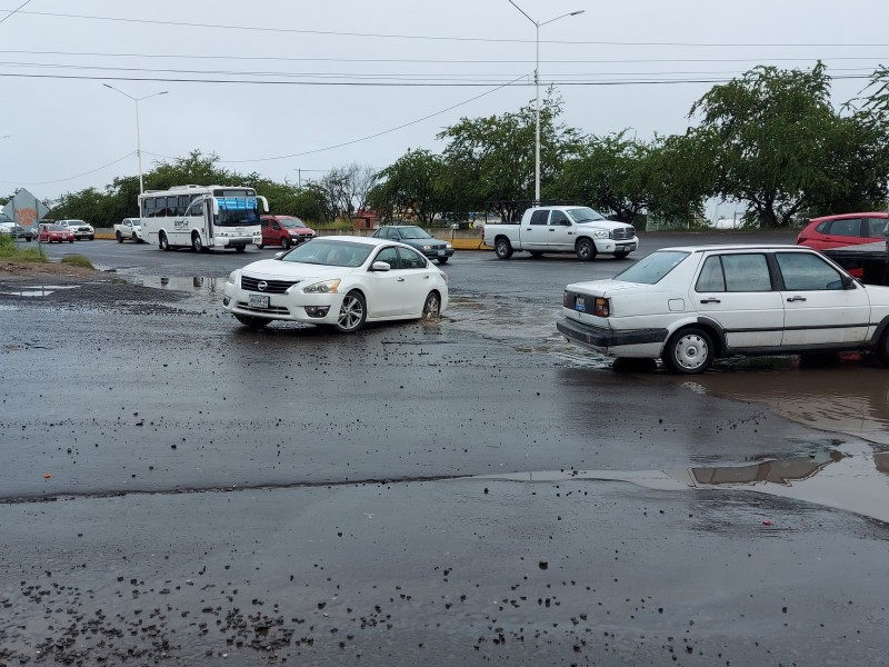 Lleno de baches el Camino a Matatlán; sufren conductores