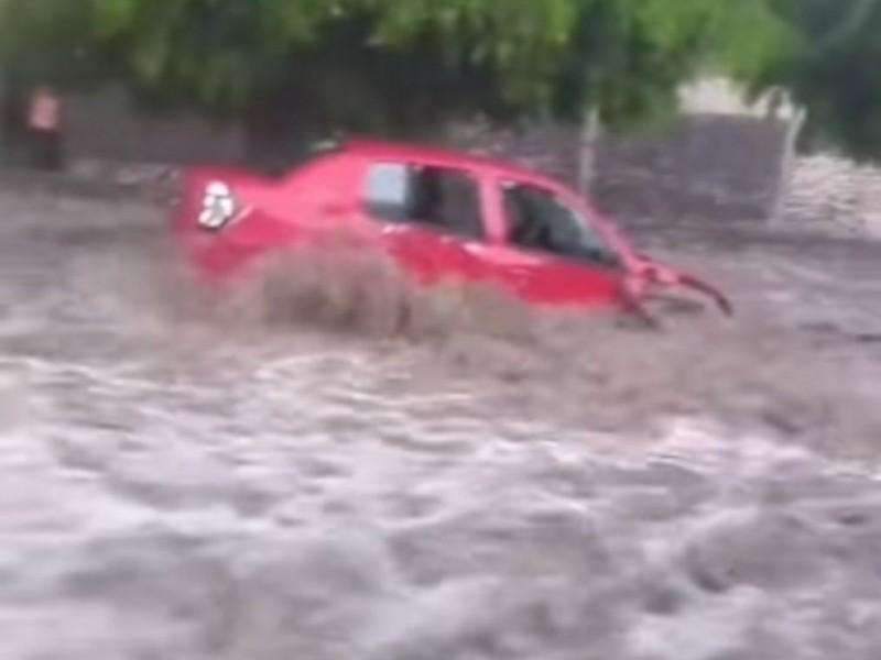 Lluvia arrastra cuando menos 10 vehículos