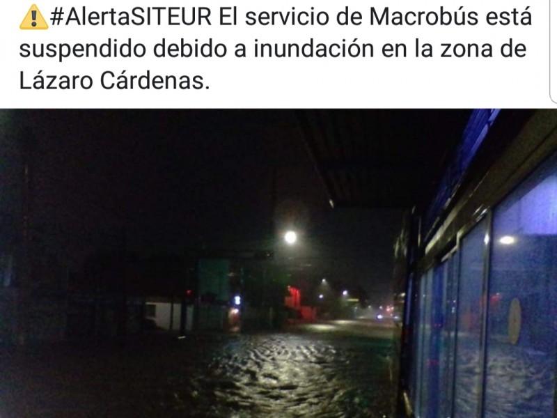 Lluvia deja inundaciones en vía pública