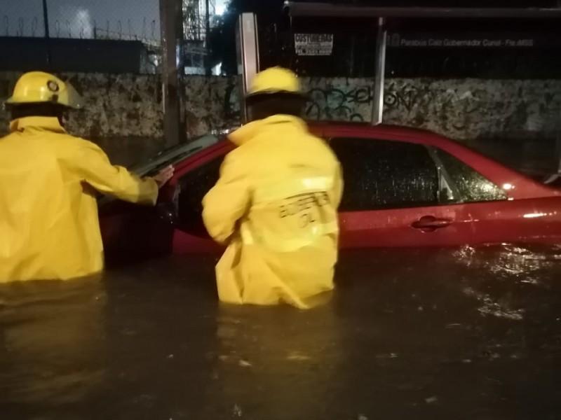 Lluvia nocturna deja inundaciones en vía pública en Guadalajara