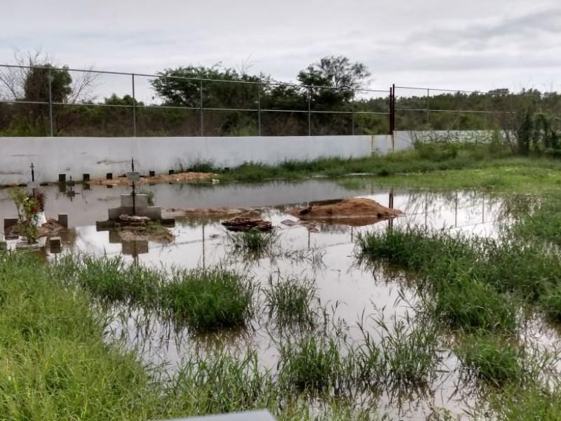 Lluvias afectan tumbas del nuevo panteón municipal en Salina Cruz