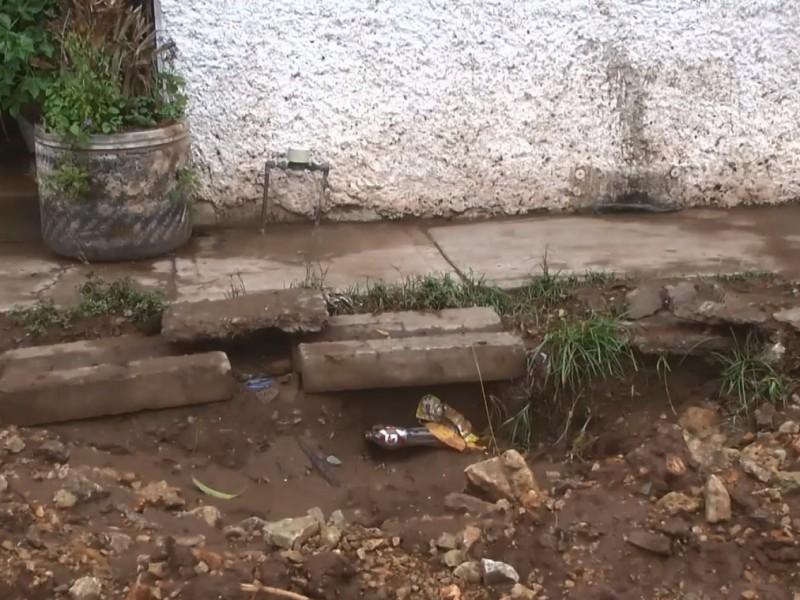 Lluvias dejan socavón en vivienda de Infonavit Humaya