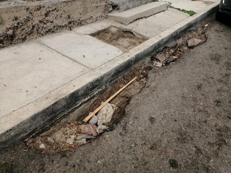 Lluvias dejaron baches en la calle Ignacio Allende