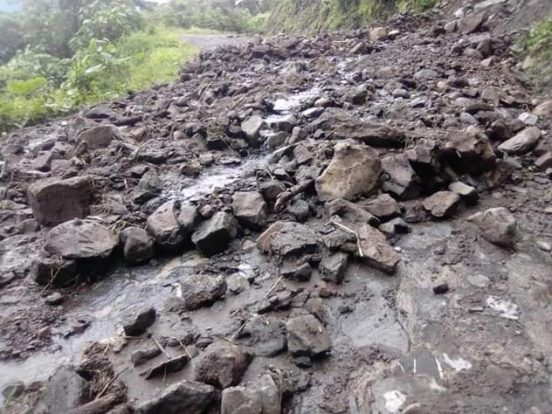 Lluvias en Zihuateutla deja deslaves en caminos y carreteras