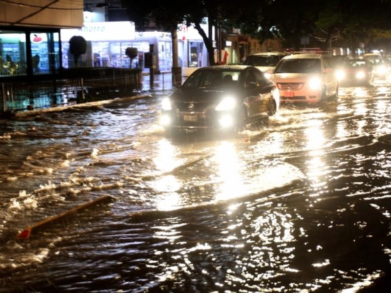 Lluvias inundan calles de Gustavo A. Madero