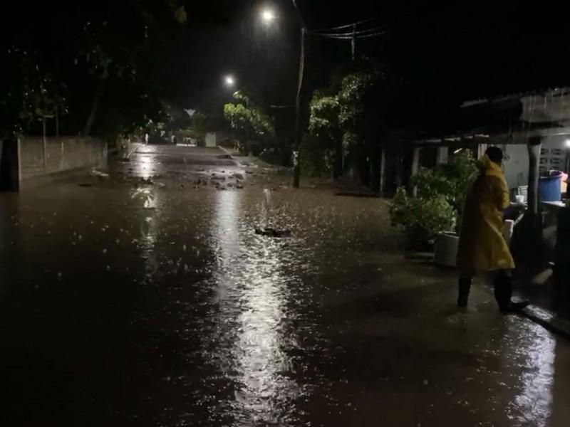 Lluvias provocan desbordamiento del arroyo de Coacoyul; hubo predios afectados