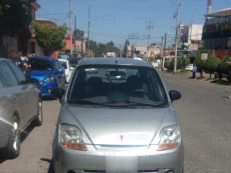 Localizan auto involucrado en robo a cuentahabientes