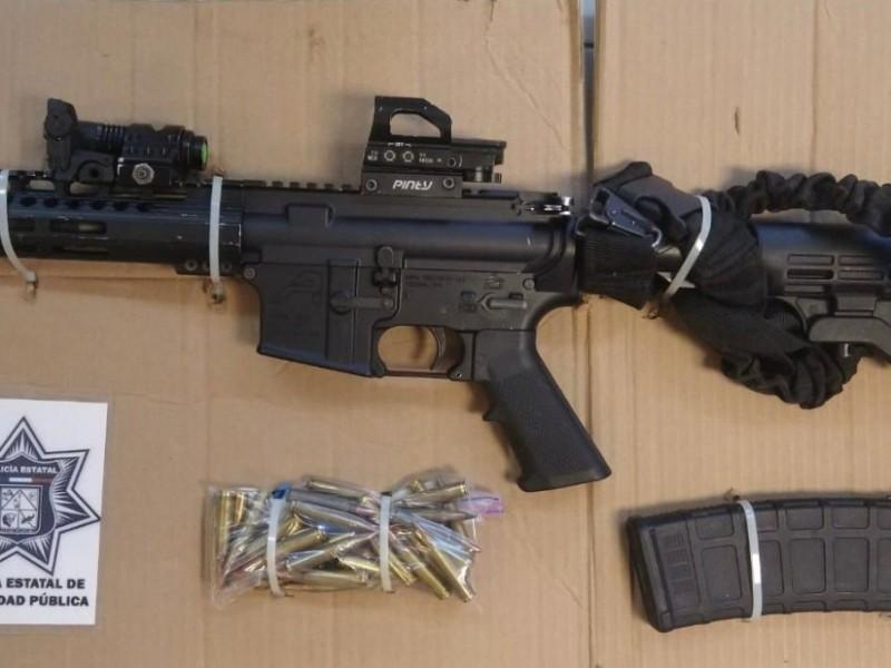 Localizan carro robado con armas de fuego en su interior