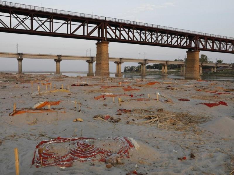 Localizan cientos de cadáveres presuntamente Covid-19 enterrados en el Ganges