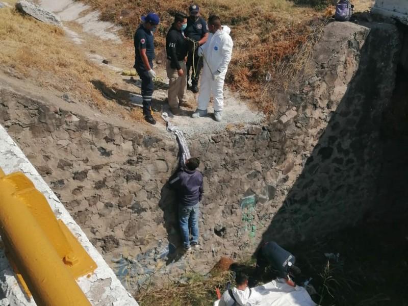 Localizan cuerpo de hombre colgado de puente en Irapuato