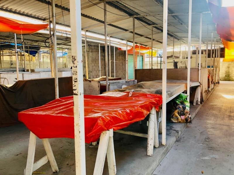 Locatarios abandonan extensión del mercado