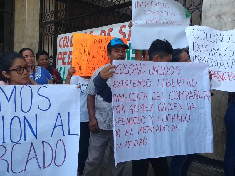 Locatarios exigen libertad de luchador social